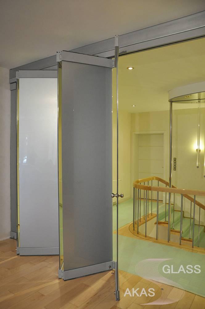 """Стеклянные раздвижные двери с матовым покрытием и зеркальными вставками, система """"Гармошка"""""""