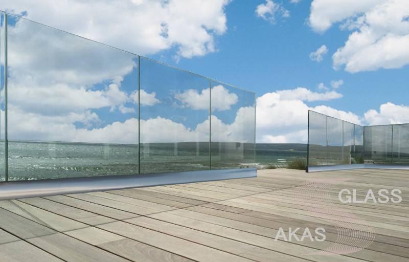 Ограждение из стекла в напольном профиле для открытой террасы загородного дома в Московской области
