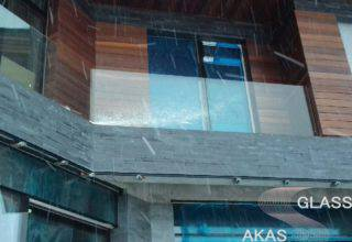 Ограждение из стекла для балкона в частном доме