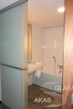 Раздвижная стеклянная дверь в ванную комнату