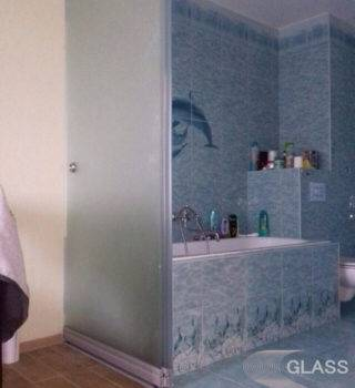 Стеклянная дверь для ванной комнаты в квартире типа «Слайд»