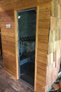 Стеклянная межкомнатная дверь в деревянном доме
