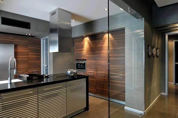Стеклянная перегородка, разделяющая зону кухни от гостиной