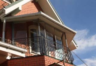Французское остекление балкона в коттедже