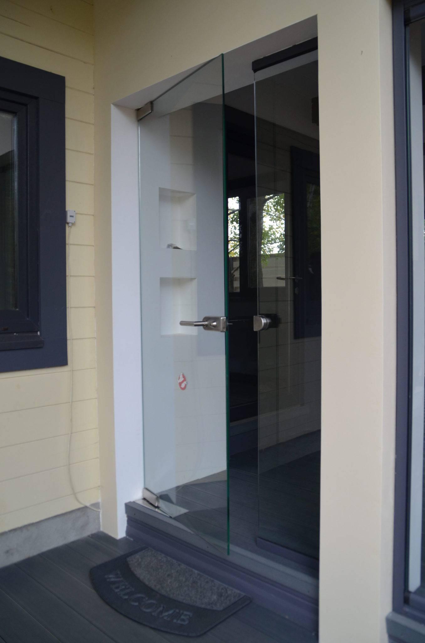 Стеклянная входная дверь из закленого стекла