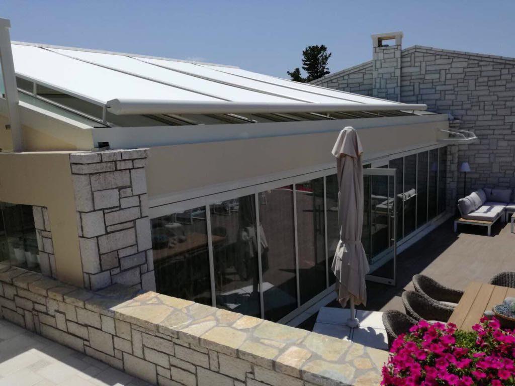 Дом со стеклянным фасадом в средиземноморском стиле