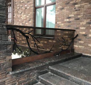 стеклянное ограждение крыльца дома