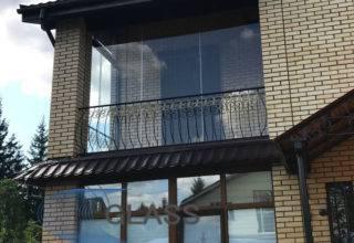 Безрамное остекление балкона частного дома