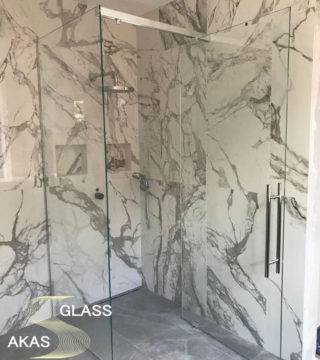 Душевая кабина из стекла для ванной комнаты в квартире по индивидуальному проекту