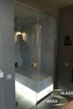 Стеклянная распашная дверь в сауну в банном комплексе частного дома, Московская область