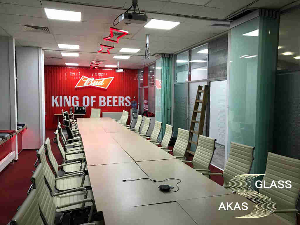 Стеклянные перегородки в конференц-зале офиса Bud в Москве