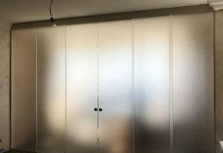 раздвижная стеклянная перегородка для зонирования помещения гостинной