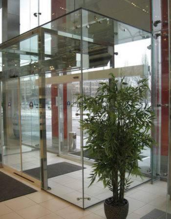 стеклянный тамбур офиса