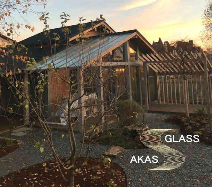 Деревянная беседка со стеклянной крышей