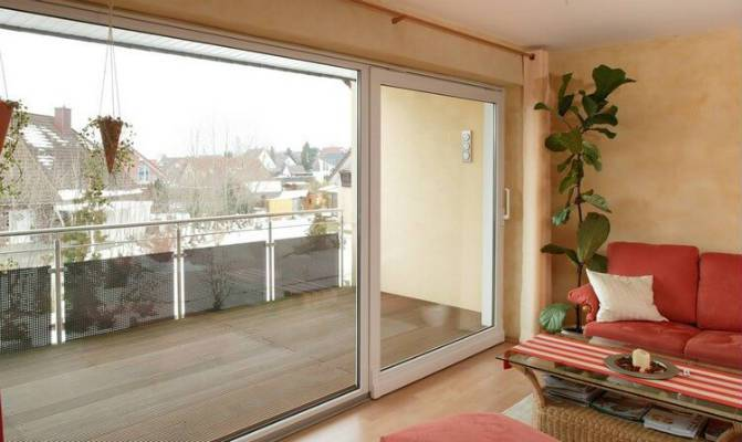 Стеклянная дверь на балкон с каркасом