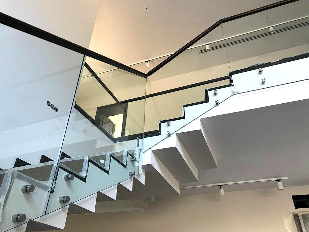 Ограждения из стекла для лестницы внутри дома