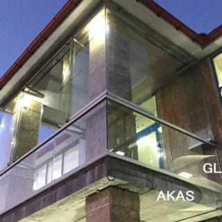 Безрамное остекление балкона в коттедже