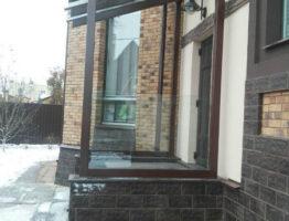 Изготовление и монтаж стеклянного козырька над входом в коттедж