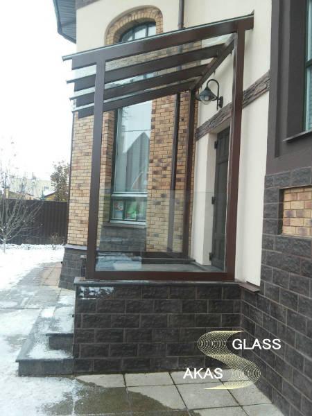 Изготовление и монтаж стеклянного козырька над входом в коттедж, Москва