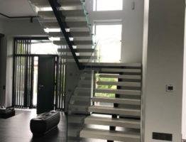 Монтаж лестничных ограждений из стекла в частном доме