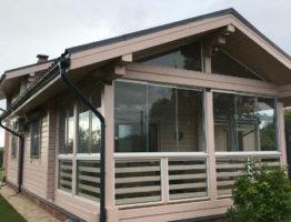 Безрамное остекление веранды деревянного дома