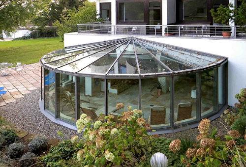 Округлый зимний сад с многолучевой конструкцией