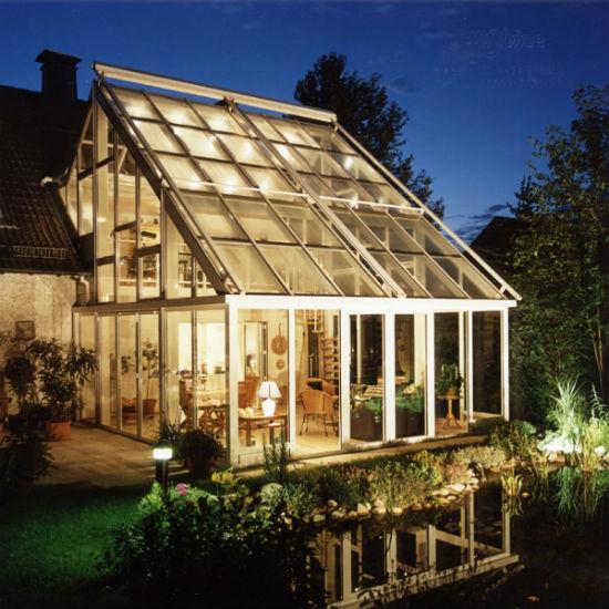 Зимний сад в коттедже с односкатной стеклянной крышей