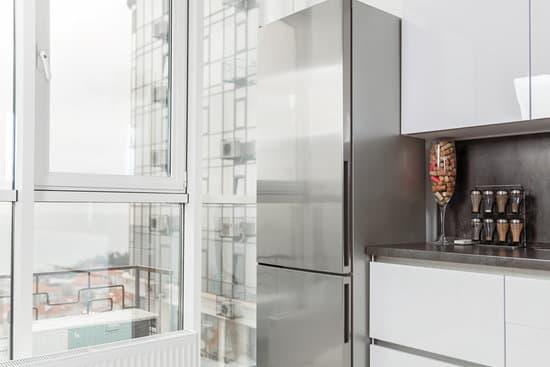 Панорамное окно на кухне маленькой квартиры