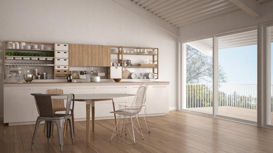 Интерьер кухни с панорамным окном в частном доме