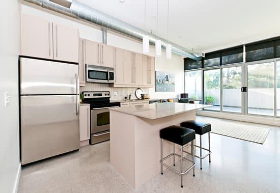 Кухня-студия с большим окном