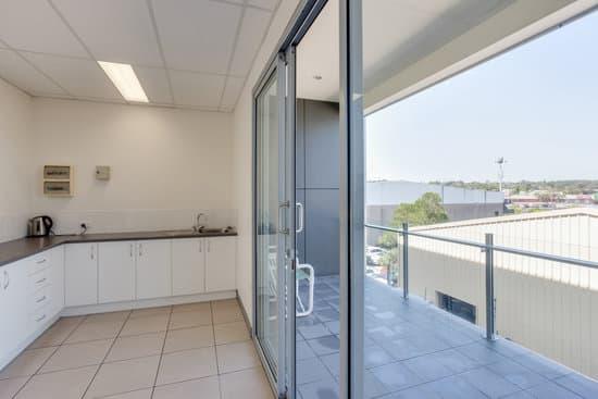 Кухня с балконом с панорамными окнами